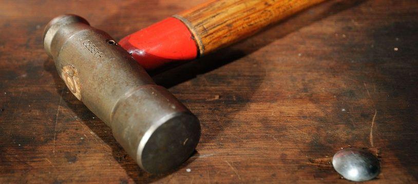 Son locataire ne payait plus les loyers, elle le frappe avec un marteau pour récupérer son argent.