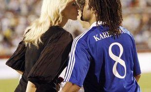 Le top model Adriana Karembeu embrasse son mari Christian avant le début du match amical de football France Vietnam, Ho Chi Minh Ville, le 8 avril 2008.