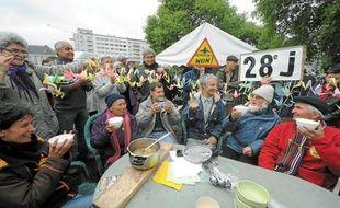 Les grévistes de la faim ont savouré mardi leur première soupe, entourés de leurs soutiens.