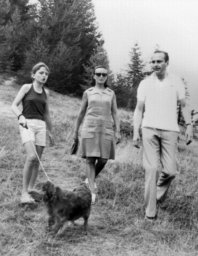 Jacques Chirac, à l'époque où il était Premier ministre, se promène en compagnie de sa femme Bernadette et de sa fille Claude, le 19 août 1974 dans la campagne près de Auron.