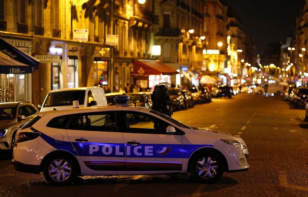 Des policiers à proximité des Champs Elysées, le 20 avril 2017, alors qu'une fusillade a éclaté en début de soirée sur l'avenue parisienne. – AFP