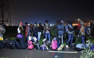Des migrants font la queue pour quitter la «jungle» de Calais, le 24 octobre 2016.