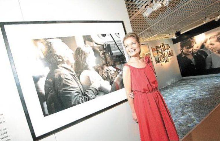 Sarah Biasini (en haut), la fille de l'actrice, ce lundi à Cannes.