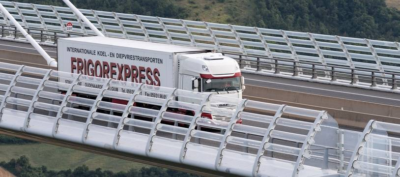 Un camion franchit le viaduc de Millau sur l'A75.
