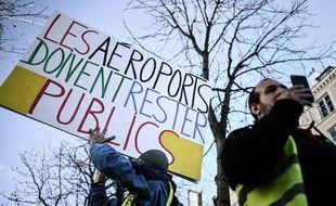 """Des """"gilets jaunes"""" protestent contre la privatisation d'Aeroports de Paris (ADP) devant l'Assemblée nationale, le 13 mars 2019."""