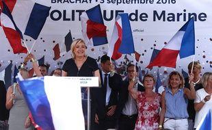 Marine Le Pen entourée de drapeaux français, à Brachay, le 3 septembre.