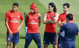 Neymar, Cavani et Emery (avec Thiago et Javier) lors d'un entraînement du PSG, le 23 août 2017 au Camp des Loges.