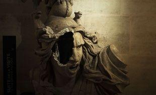 La reproduction de Marianne endommagée dans l'arc de Triomphe.