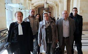 La mère d'Imad Ibn Ziaten, le premier des militaires tués par Mohamed Merah, en mars à Toulouse, a déposé vendredi une gerbe à l'endroit où son fils a été abattu alors qu'il devait présenter sa moto à d'éventuels acheteurs.