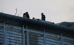 La porte d'accès au toit était bloquée par des blocs de ciment. (Photo d'illustration)