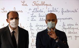 Le Premier ministre Jean Castex (g) et le ministre Jean-Michel Blanquer  dans une école.