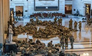 Des soldats de la garde nationale dans le Capitole de Washington, le 13 janvier 2021.