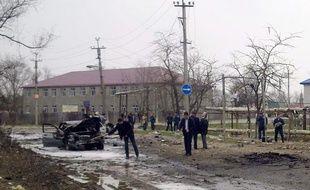 Des experts médico-légaux et des forces de sécurité russes examinent le site d'un attentat, à Kizliar, au Daguestan, le 31 mars 2010.