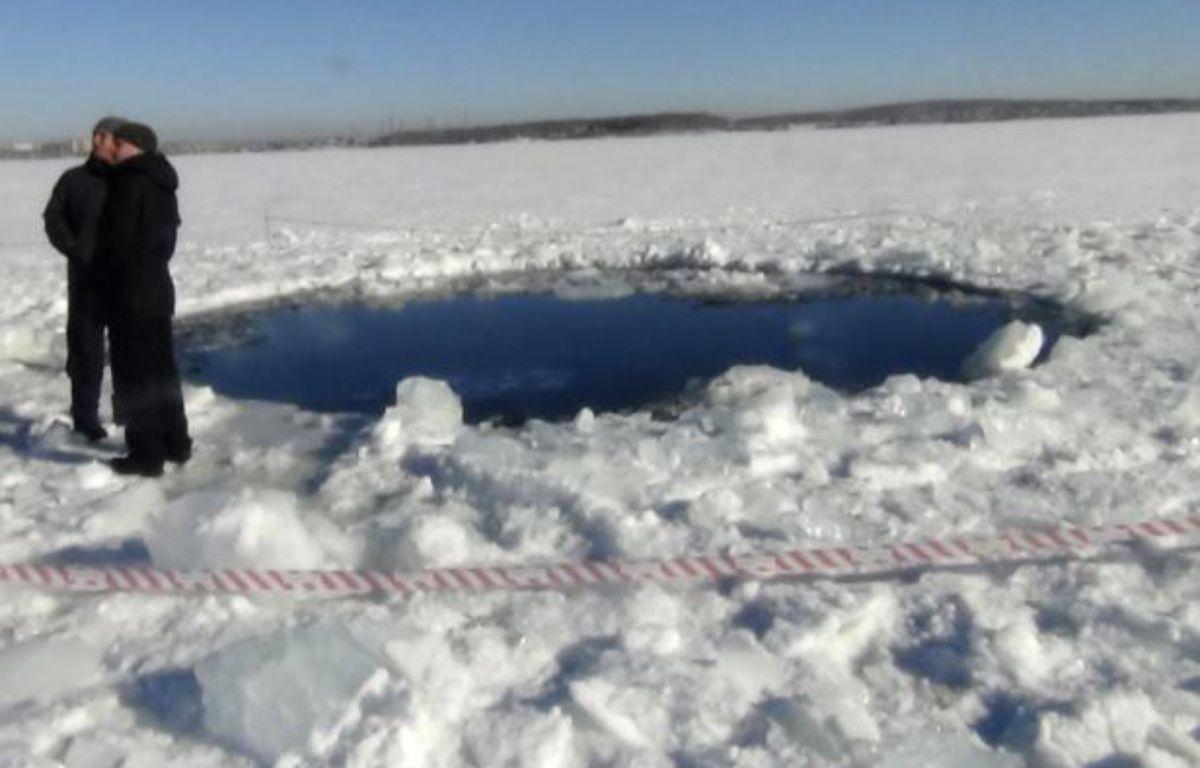 Un cratère dans un lac gelé, en Russie, causé par la chute d'une météorite, le 15 février 2013. – REUTERS