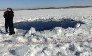 Un cratère dans un lac gelé, en Russie, causé par la chute d'une météorite, le 15 février 2013.