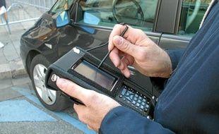 Les agents verbalisateurs utilisent un boîtier qui enregistre la contravention.