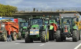 Des agriculteurs bloquent l'A31, à Hauconcourt, le 28 juillet 2015