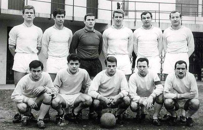 Jean Guillot, deuxième accroupi en partant de la droite, avec le brassard de capitaine du FC Nantes. Premier debout en partant de la gauche, Robert Budzynski.