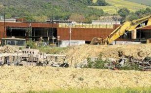 L'usine à béton en cours de construction à proximité du collège.