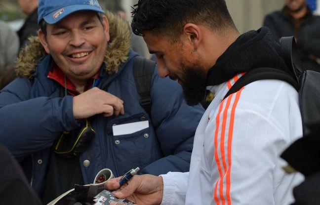 Nabil Fekir a signé de nombreux autographes et pris des photos avec les supporters lyonnais après la rencontre samedi.
