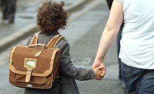 Illustration d'un enfant portant un cartable.