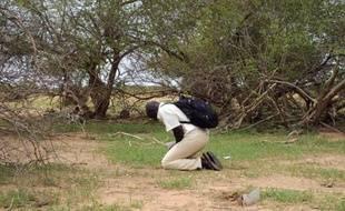 Un Burkinabé se recueille sur le lieu du crash de l'avion d'Air Algérie, le 26 juillet 2014 dans la région de Gossi au Mali