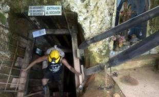 Un mineur dans une mine d'or ne disposant pas d'autorisation à Segovia, en Colombie, le 20 mai 2014