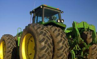 Un tracteur dans un champ.  Illustration.