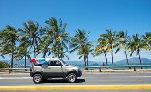 Un véhicule sur la route à Nouméa, en Nouvelle-Calédonie.
