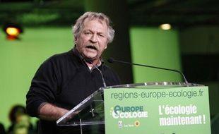 """Le député européen José Bové a poussé mardi un """"coup de gueule"""" contre Jean-Luc Mélenchon et son appel à donner un """"grand coup de balai"""" politique, en soulignant le peu d'assiduité de M. Mélenchon au Parlement européen."""