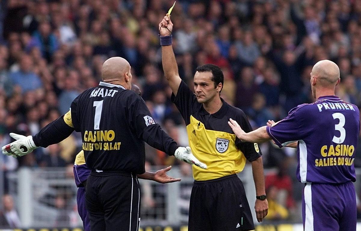 Le gardien du TFC Christophe Revault est averti par l'arbitre Bruno Coué sous les yeux du défenseur William Prunier lors du match de Ligue 1 contre Paris, le 21 octobre 2000 au Stadium de Toulouse. – J.-L. Gautreau / AFP
