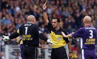 Le gardien du TFC Christophe Revault est averti par l'arbitre Bruno Coué sous les yeux du défenseur William Prunier lors du match de Ligue 1 contre Paris, le 21 octobre 2000 au Stadium de Toulouse.