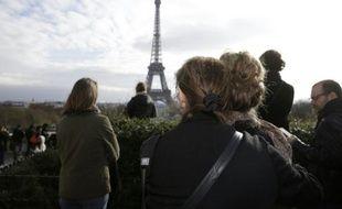 Minute de silence devant la Tour Eiffel le 16 novembre 2015 à Paris