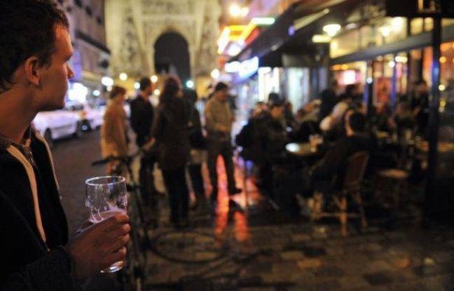Illustration: Une terrasse de bar à Paris.