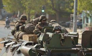 L'armée française, qui est entrée vendredi dans la troisième semaine de son intervention au Mali pour en chasser les islamistes armés, a pour la première fois mené des patrouilles avec l'armée malienne vers Gao, dans le nord, préparant le terrain à l'arrivée probable de troupes africaines.