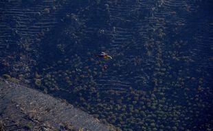 Des pompiers interviennent au Cap de Creus avec un hélicoptère, en Catalogne le 18 juillet 2021.