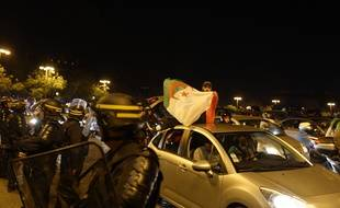 Les supporters algériens fêtent la qualification de leur équipe nationale en finale de la CAN, le 14 juillet 2019 à Paris.