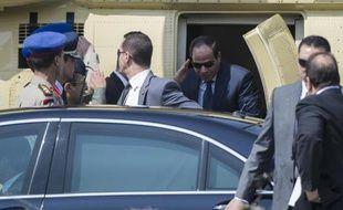 Le nouveau président égyptien Abdel Fatah al-Sissi (c) descend d'un hélicoptère à l'extérieur de la cour constitutionnelle au Caire, où il va à prêter serment, le 8 juin 2014
