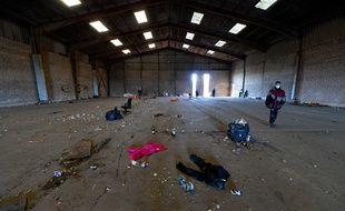 Image du hangar presque vide après le départ des teufeurs à Lieuron, en Ille-et-Vilaine, où une rave party s'est tenue la veille du Nouvel an.