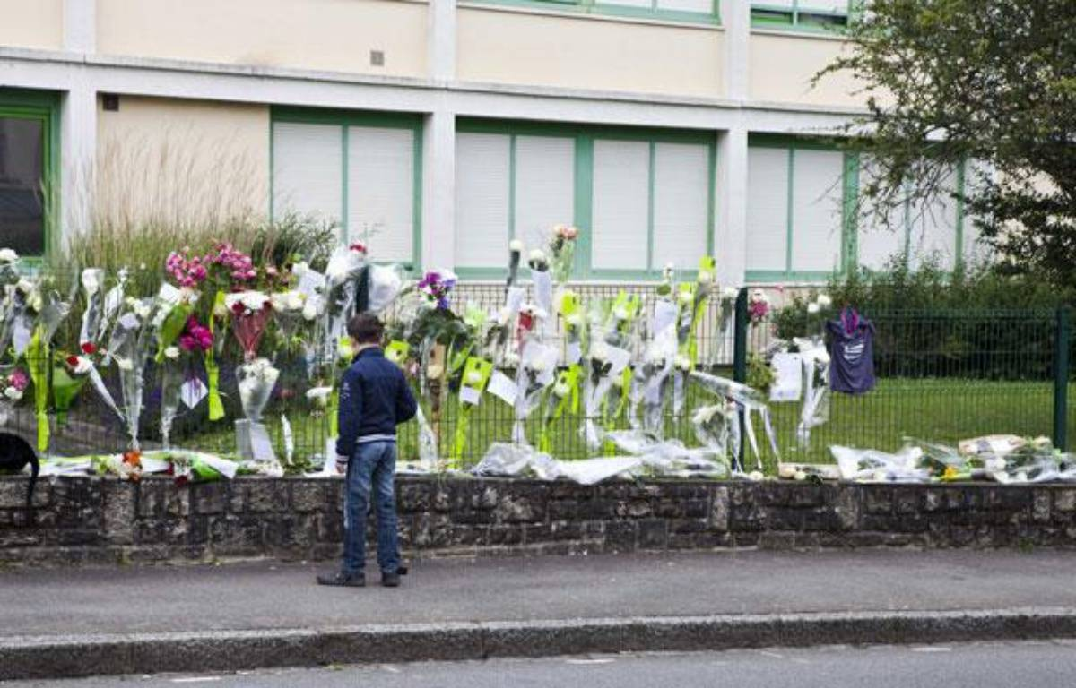 Un élève se recueille devant le collège de Cleunay, à Rennes, le 25 juin 2012. – F.LEPAGE/SIPA