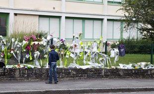 Un élève se recueille devant le collège de Cleunay, à Rennes, le 25 juin 2012.