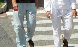 L'homme d'affaires français Alexandre Djouhri (à droite) en 2009 dans les rues de Monaco en compagnie de Dominique de Villepin.