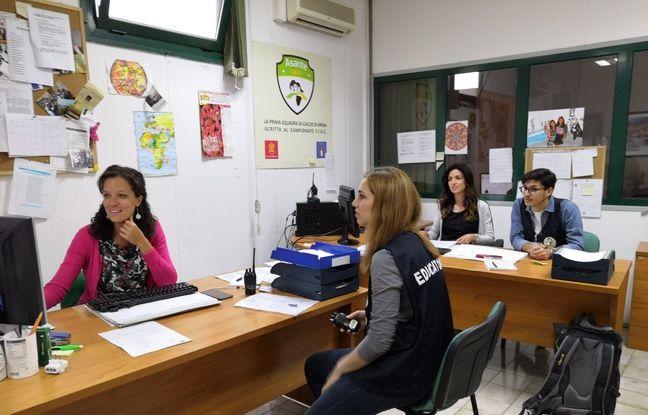 Silvia Calcavecchio avec son équipe du centre d'accueil pour migrants adultes.