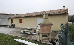 La maison où ont été retrouvés jeudi cinq corps de bébés dans un sac isotherme et un congélateur, à Louchats en Gironde, photographiée le 20 mars 2015