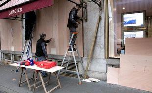 Depuis les premiers actes des gilets jaunes (ici début décembre 2018), cette image, de commerçants en train de protéger leurs boutiques, est devenue commune.