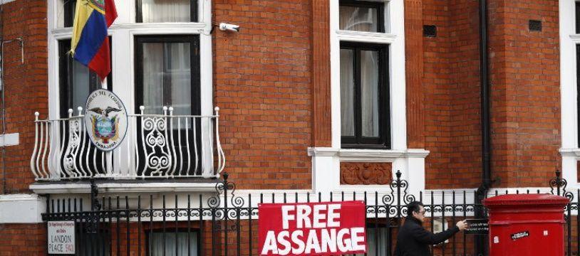 Devant l'ambassade équatorienne où est réfugié Assange à Londres.