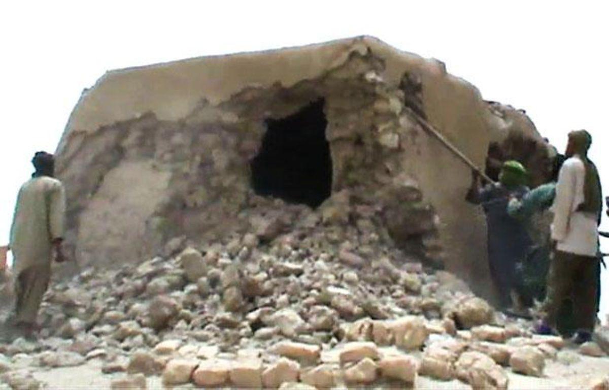 Image tirée d'une vidéo montrant la destruction, par des rebelles islamistes, d'un lieu saint musulman à Tombouctou, le 1er juillet 2012 – STR / AFP