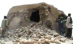 Image tirée d'une vidéo montrant la destruction, par des rebelles islamistes, d'un lieu saint musulman à Tombouctou, le 1er juillet 2012