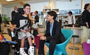 Najat Vallaud-Belkacem discute avec un élève handicapé le 28 août 2015 à La Rochelle,
