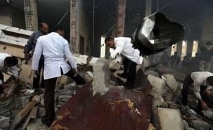 Les secours cherchent des corps dans les décombres de bombardements au Yémen à Sanaa, le 8 octobre 2016.